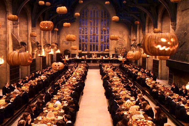 La chanson que vous aimeriez nous faire découvrir.... Harry-potter-great-hall-halloween