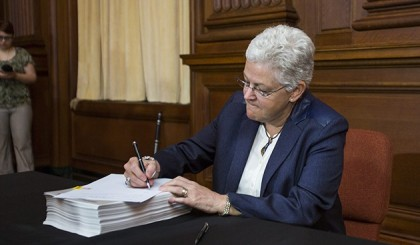 epa04236753 Environmental Protection Agency (EPA) administrator Gina McCarthy signs US President Barack Obama's new carbon pollution emission guideline plan at EPA headquarters in Washington, DC, USA, 02 June 2014. The plan, which bypasses Congress, calls for a 30 percent cut in carbon emissions by 2030.  EPA/JIM LO SCALZO (Newscom TagID: epalive211077.jpg) [Photo via Newscom]