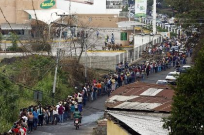 food-line-in-venezuela-san-cristobal